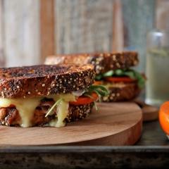 柿と生ハムとチーズのグリルサンド
