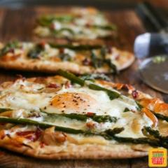 チキンとアスパラのフラットブレッドピザ