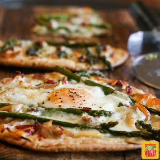 チキンとアスパラのフラットブレッドピザのレシピ