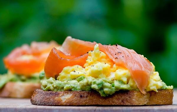 アボカド、卵、スモークサーモンのオープンサンドのレシピ