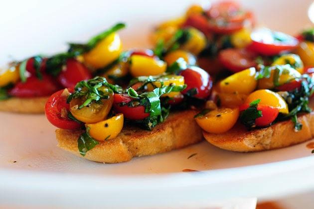 2色のプチトマトを使用したブルスケッタのレシピ